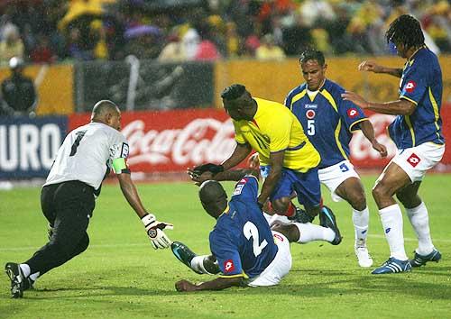 Carga Benítez sobre el arco de Julio. El meta colombiano estuvo bien resguardado por sus centrales (Foto: elcomercio.com)