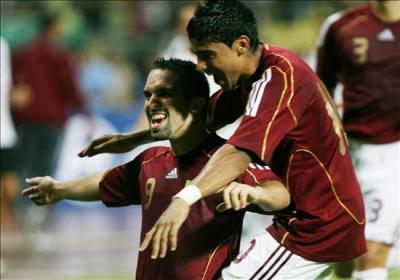 Maldonado celebra su tanto de tiro libre en el arco de Bravo. La alegría venezolana sería efímera (Foto: EFE)