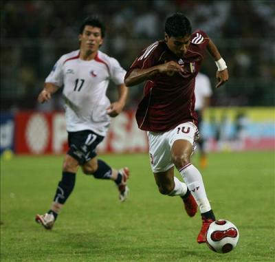 Vargas fue el más peligroso de los venezolanos. Atrás, observa Medel (Foto: EFE)