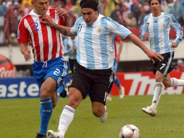 Observando a Tévez el día de su debut en la selección argentina de mayores, ante Paraguay por las Eliminatorias (Foto: clarin.com)