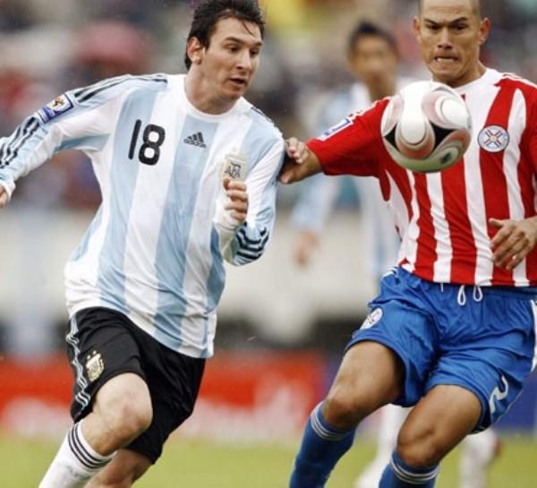 Messi encara ante Darío Verón. El hombre del Barcelona fue de lo mejor de los locales (Foto: nacion.com.ar)