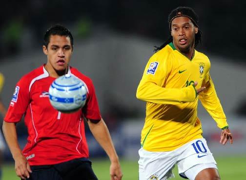 Ronaldinho siguió perdido en su marasmo y erró un penal. Acá observa el balón ante Sánchez (Foto: latercera.cl)