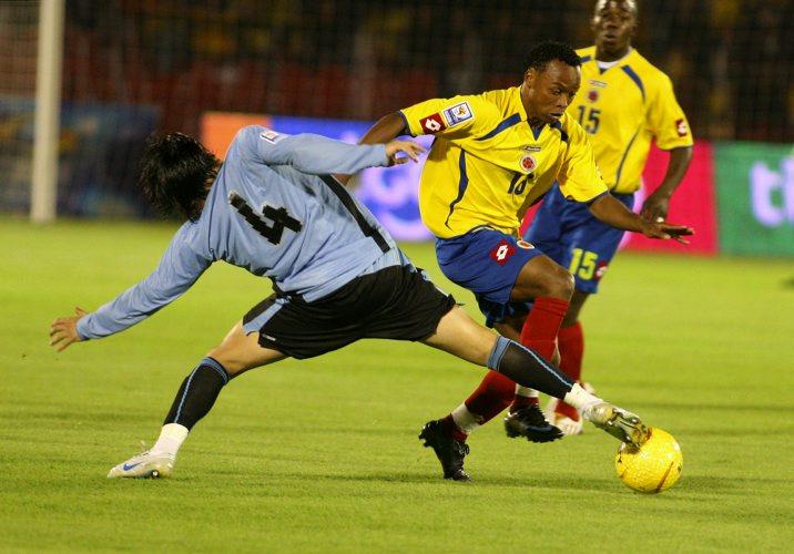 Zúñiga se interna ante la marca de Fucile. Observa Sánchez, uno de los más discretos del campo (Foto: elcolombiano.com)