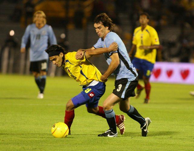 Radamel Falcao supera a Godín. Colombia no logró impactar en sus ataques (Foto: elcolombiano.com)