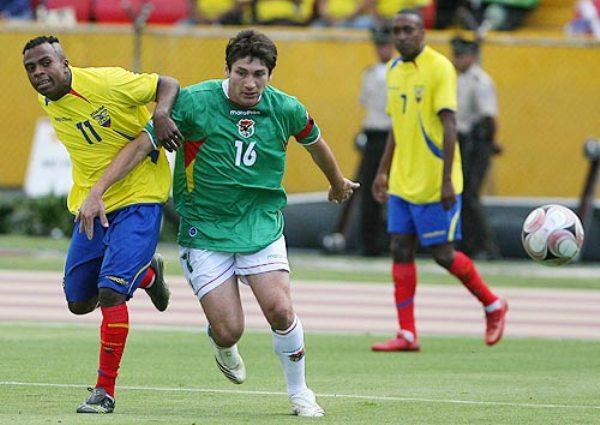 Raldés marca a Benítez. El capitán boliviano sufrió la injusticia por parte del réferi Pozo en la acción que derivó en el gol de Caicedo (Foto: elcomercio.com)