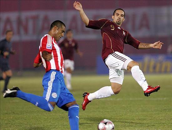 Da Silva centra ante la marca de Maldonado, quien volvió a estar apagado en el ataque venezolano (Foto: lanacion.com.py)