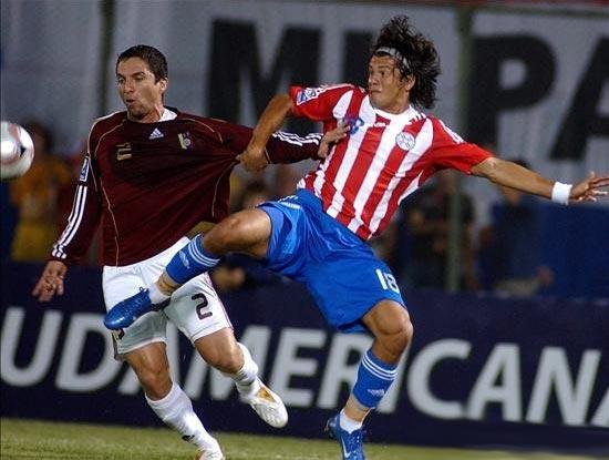 Haedo disputa el balón con Chacón. El atacante guaraní selló el triunfo con una gran definición a la salida de Vega (Foto: lanacion.com.py)