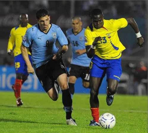Sale Mina ante Bruno Silva. Ecuador se cerró bien en el Centenario (Foto: elpais.com.uy)