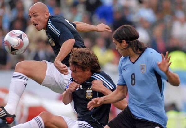 Sale Cambiasso ante la mirada de Cáceres. Argentina trabajó bien en mediocampo (Foto: cronica.com.ar)