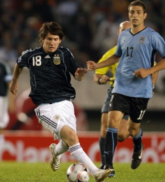 Messi pasa por delante de Eguren. 'Lio' volvió a brillar y anotar (Foto: nacion.com.ar)