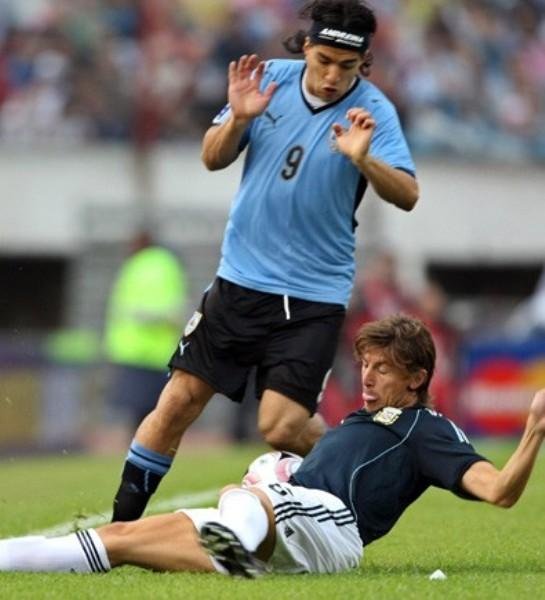 Abreu no pudo hacer olvidar a Forlán en el ataque charrúa (Foto: nacion.com.ar)