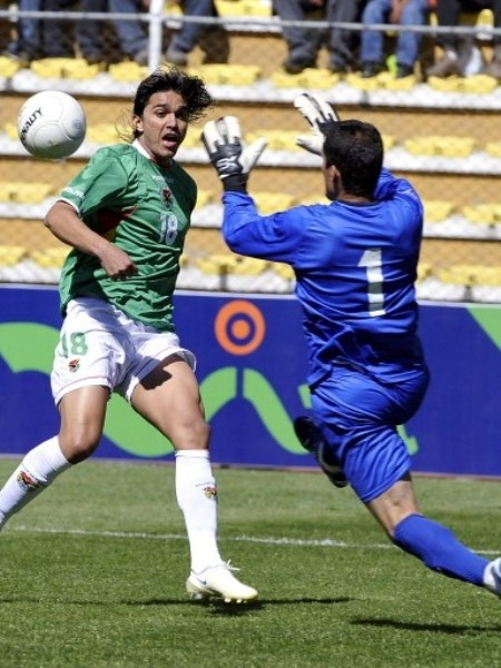 Martins le pica el balón a Butrón para que luego Botero, con la cabeza, abra el marcador (Foto: FIFA.com / AFP)