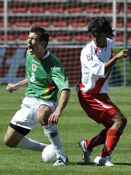 García fue quien gritó el tercer gol para Bolivia. Acá es trabado por Mariño (Foto: FIFA.com / AFP)