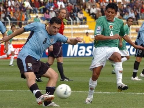 Scotti despeja ante el impetuoso Reyes, el mejor del campo (Foto: FIFA.com / AFP)