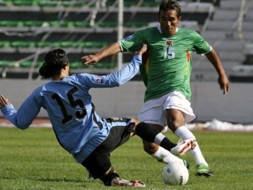 Jaime Robles es marcado por Mariano González (Foto: FIFa.com / AFP)