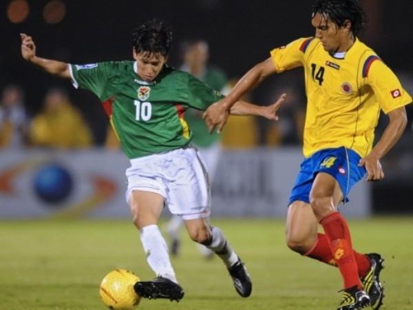 CHIQUITO CONTROLADO. Bolivia fue bien controlado por la volante cafetera. Aguilar no dejó avanzar al pequeño Vaca. (Foto: FIFA)