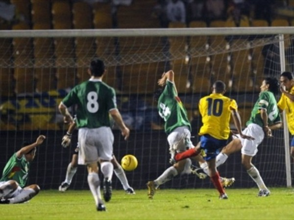 MAC DERECHAZO. Macnelly Torres pudo ver el objetivo y decretó el primero con su derecha. (Foto: FIFA)