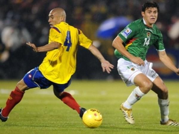 UN HOYO ENTRE LOS DOS. Marín lucha con Hoyos, que no tuvo un flojo nivel (Foto: FIFA)
