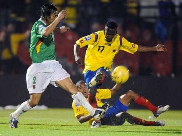SE OBSTACULIZAN. Quintero es molestado por su propio compañero. Los colombianos pudieron hacer más de haber coordinado mejor (Foto: FIFA)
