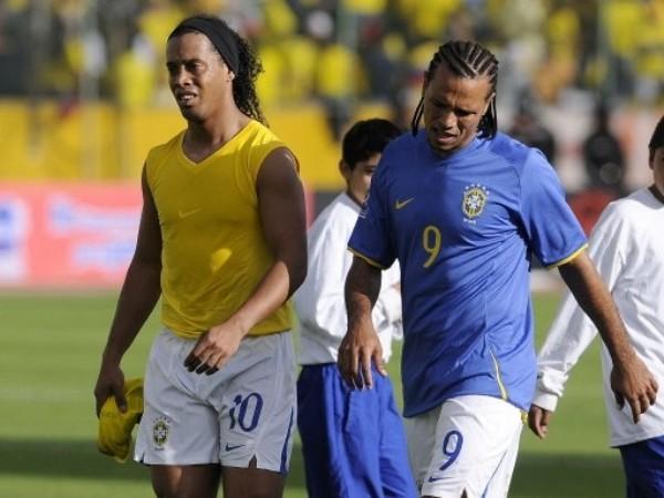 SE LES FUE. Ronaldinho y Luiz Fabiano dejan el campo cariacontecidos. A Brasil se le escapó el triunfo sobre la hora (Foto: FIFA.com / AFP)