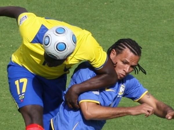 SOMBRA PERMANENTE. Giovanny Espinoza mantiene su presencia defensiva con el paso de los años. Acá anticipa a Luiz Fabiano (Foto: FIFA.com / AFP)