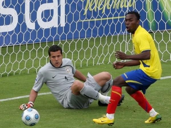 TE LA COMISTE. Julio César respira aliviado ante la impotencia de Benítez (Foto: FIFA.com / AFP)