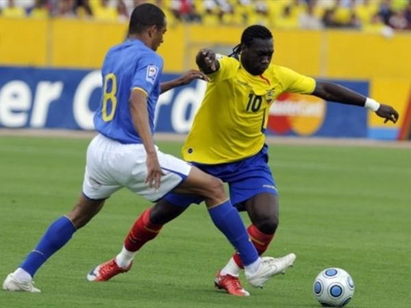 PUGNA PERMANENTE. Arranca Caicedo ante la marca de Gilberto Silva. El delantero ecuatoriano peleó, pero no llegó al gol (Foto: FIFA.com / AFP)