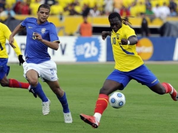 MÁS INTENTOS. Otra de Caicedo, ahora ante la marca de Felipe Melo (Foto: FIFA.com / AFP)