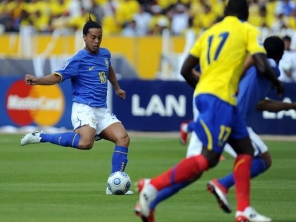 APAGADO. Ronaldinho no brilló y pasó desapercibido una vez más (Foto: FIFA.com / AFP)
