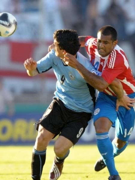 EL MÁS PELIGROSO. Suárez fue un dolor de cabeza para la defensa guaraní. Da Silva trata de marcarlo pese a poder perder partes vitales en el intento (Foto: FIFA)