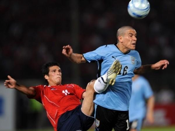 INTENTO DE CHALACA. Nuevamente Pereira corta la jugada a González. La chalaca no se llevó a cabo (Foto: FIFA.com / AFP)