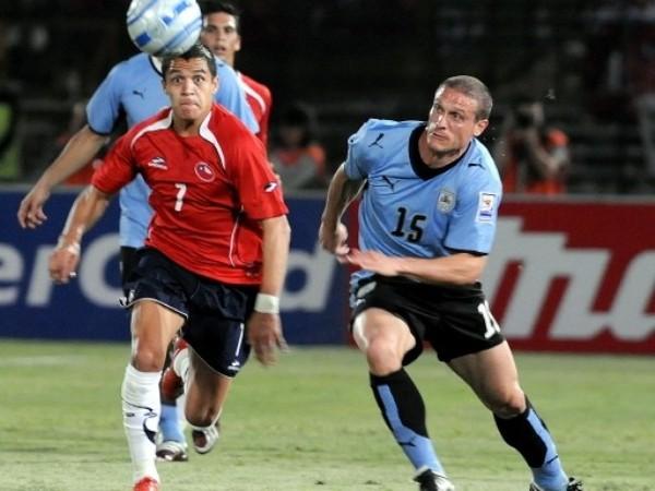 LA VIO DE LEJOS. Alexis Sánchez no lució como contra Perú. Chile no generó tanto ataque (Foto: FIFA.com / AFP)