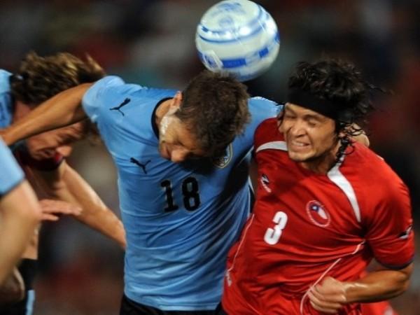 VAN JUNTOS. Uruguay y Chile son dos candidatos serios. Eguren y Ponce se unen al salto (Foto: FIFA.com / AFP)