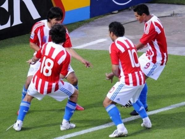 BAILES AFRICANOS. Como augurando que ya estan cerca de Sudáfrica los paraguayos bailan dirigidos por Benítez (Foto: FIFA.com / AFP)