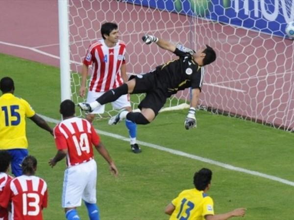 VOLADA INJUSTA. Villar no pudo despejar el remate de Noboa. Cabezazo al segundo palo que quitó justicia a su regular partido (Foto: FIFA.com / AFP)