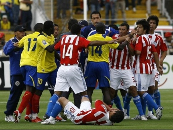 EN TENSIÓN. Cabañas yace en el suelo. La trifulca empezó por un manotazo de Hurtado a Riveros. (Foto: FIFA.com / AFP)