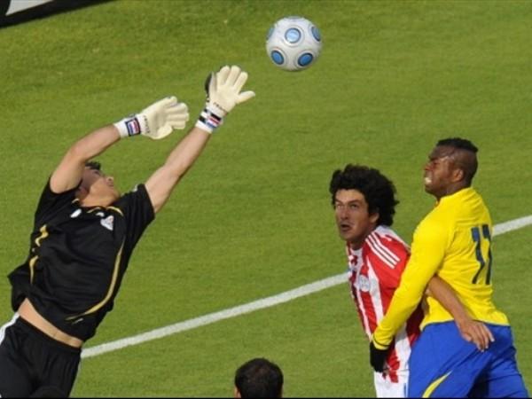 VUELA, VUELA. Villar se estira e impedirá que Benítez llegue a cabecear (Foto: FIFA.com / AFP)