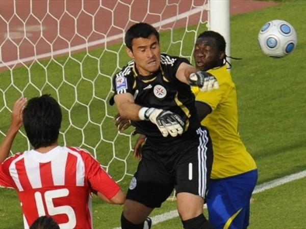 A OJOS CERRADOS. Los paraguayos agradecieron el gol final. Firmaban el punto desde el principio (Foto: FIFA.com / AFP)