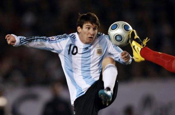 POR SUERTE ES MI AMIGO. Lionel Messi no va a tener dificultad alguna para atenazar el balón pese a los argumentos poco lícitos de sus marcadores (Foto: EFE)