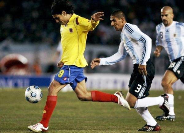 SI TE TRATARA CON CARIÑO... Radamel Falcao García fue uno de los pocos que insistió en el pórtico de Andujar. Sin embargo, el atacante de River Plate estuvo impreciso en el puntillazo final (Foto: EFE)