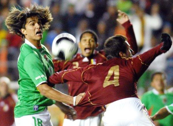 DESPEINADO. Marcelo Martins erró un penal y jamás encontró la ruta al gol en el arco de Romo (Foto: EFE)