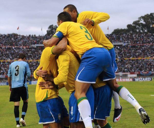 PIRÁMIDE HUMANA. Juan ya anotó ese segundo tanto que enmudeció al Centenario. Lucio y Gilberto Silva se unen a la efusiva celebración (Foto: AFP)