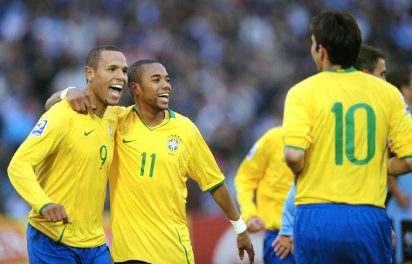 ¡O MAIS GRANDE DO MUNDO! Ni el propio Luiz Fabiano puede creer lo que se estaba gestando: tras largos 33 años Brasil volvió a derrotar a un seleccionado uruguayo en Montevideo (Foto: AFP)