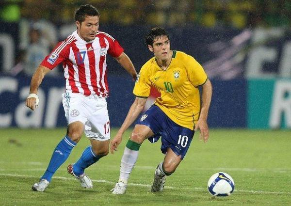 SUDA LA CAMISETA. Kaká corrió, dio pases y sólo le faltó un gol. Es un completo profesional y su selección lo valora (Foto: EFE)