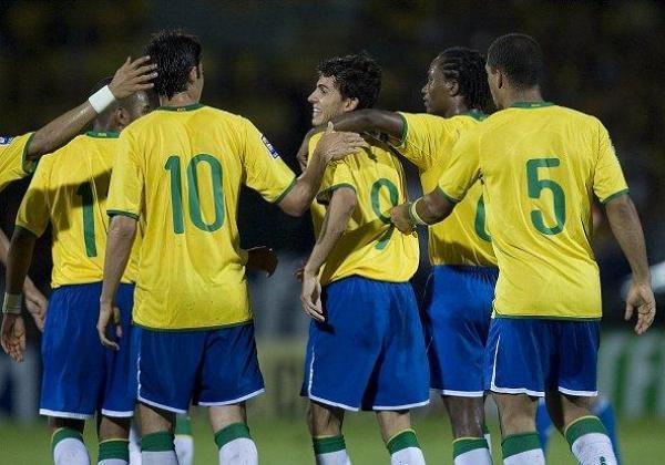 SE GANÓ EL SALUDO. Nilmar pudo callar algunas críticas y festejar con sus compañeros el gol de la victoria (Foto: eEFE)
