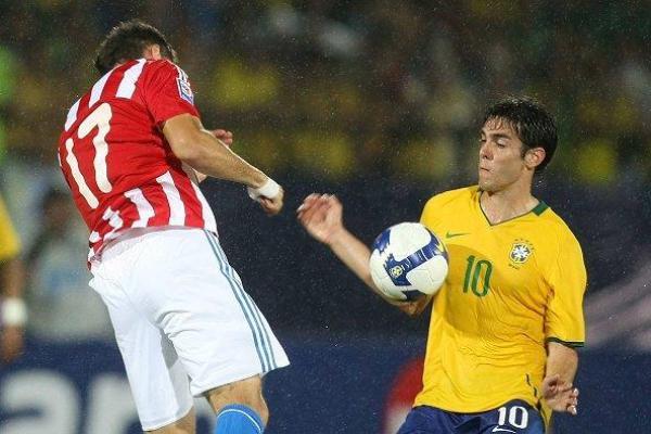 UN DORSAL QUE IMPONE. El '10' brasileño ha caído en buenas manos. El nuevo jugador del Madrid la domina ante un Dante López vencido (Foto: EFE)