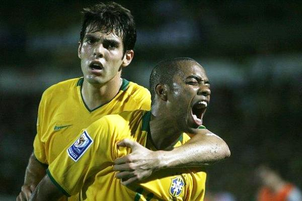 ¡LÍDERES! Robinho ya empató el marcador y se desquita la rabia. Tras el gol, cogió más confianza (Foto: EFE)