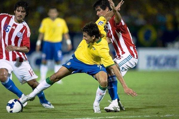DOBLE MARCA. Paraguay tuvo que esforzarse el doble para retener algunos ataques. Perdió por la mínima y dignamente (Foto: EFE)