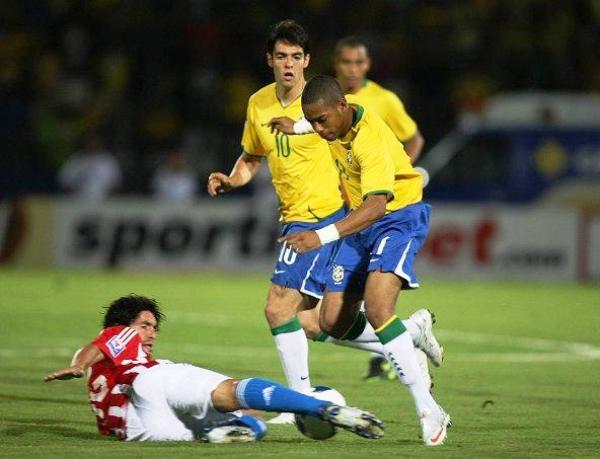 SIEMPRE AL BALÓN. Riveros le saca el balón a Robinho. Paraguay ha perdido ritmo pero se mantiene con honores en puestos clasificatorios (Foto: efe)
