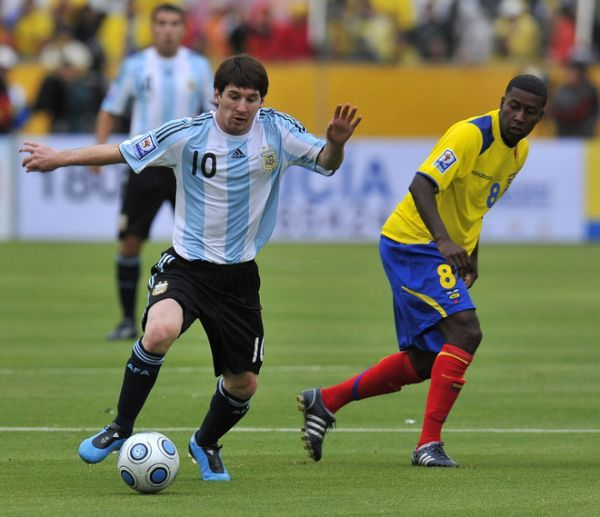 MÍNIMA EXPRESIÓN. El juego argentino estuvo tan chato en el complemento como la estatura de Messi (Foto: AFP)